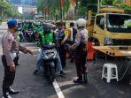 video-viral-pembubaran-pembagian-sembako-ke-ratusan-driver-ojek-online-di-jalan-soekarno-surabaya.jpg
