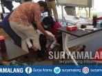 wali-kota-surabaya-tri-rismaharini-bersujud-sambil-memegang-kaki-seorang-dokter.jpg