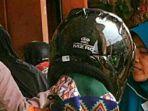 wanita-pakai-helm-ke-pasar-harga-helmnya-sekitar-rp-38-juta_20170403_185050.jpg