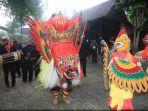 warga-desa-kemiren-kecamatan-glagah-banyuwangi-menggelar-tradisi-barong-ider-bumi.jpg
