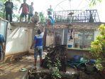 warga-kerja-bhakti-bersihkan-puing-rumah-kayu-terbakar-di-tuban.jpg