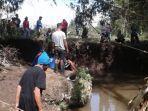 warga-melakukan-upaya-pencarian-riyadi-di-sungai-namun-hingga-saat-ini-belum-ada-informasi.jpg
