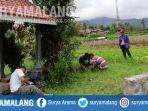 warga-membersihkan-area-peninggalan-sejarah-di-makam-rondo-kuning-di-kelurahan-songgokerto.jpg