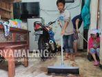 warga-membersihkan-rumah-setelah-terendam-banjir-di-kota-malang.jpg