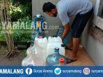warga-mengisi-air-bersih-di-perumahaan-city-side-residence-kota-malang.jpg