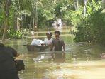 warga-menyelamatkan-barang-dari-banjir-di-jember.jpg
