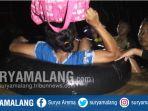 warga-menyelamatkan-barangnya-saat-banjir-di-jombang_20171220_082934.jpg