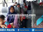 warga-naik-bus-sekolah-milik-pemkot-malang-saat-sopir-angkot-mogok_20170307_121923.jpg