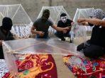 warga-palestina-membuat-layang-layang-untuk-menyerang-israel_20180612_150815.jpg