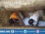 warga-saat-memperbaiki-makam-kiai-haji-achmad-baidowi-di-kabupaten-sampang-madura.jpg