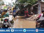 warga-sidoarjo-menguruk-jalan-di-sekitar-tempat-tinggalnya-karena-banjir-tak-kunjung-surut.jpg