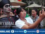 wisatawan-mengajak-selfi-vampir-dalam-rangka-perayaan-imlek-di-eco-green-park-kota-batu_20180216_192749.jpg