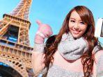 wisatawan-saat-selfie-di-menara-eiffel-paris-perancis.jpg