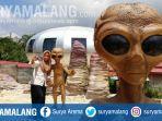 wisatawan-selfie-dengan-patung-alien-di-ufo-park-pujon-kabupaten-malang.jpg