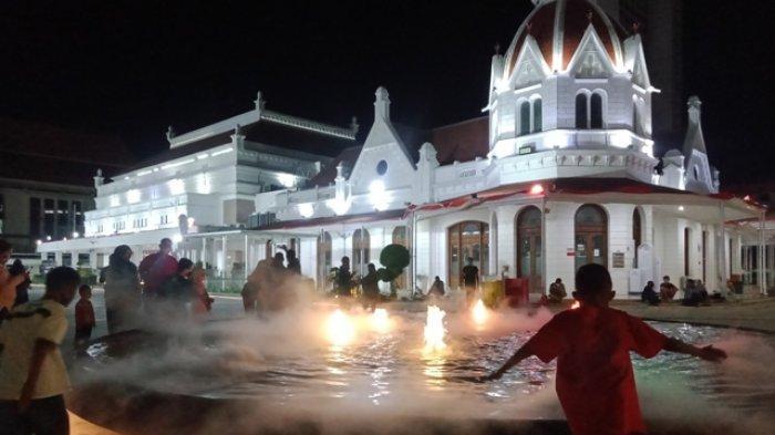 Jadi Jujugan Warga Pengunjung Air Mancur Berkabut Di Alun Alun Surabaya Dibatasi