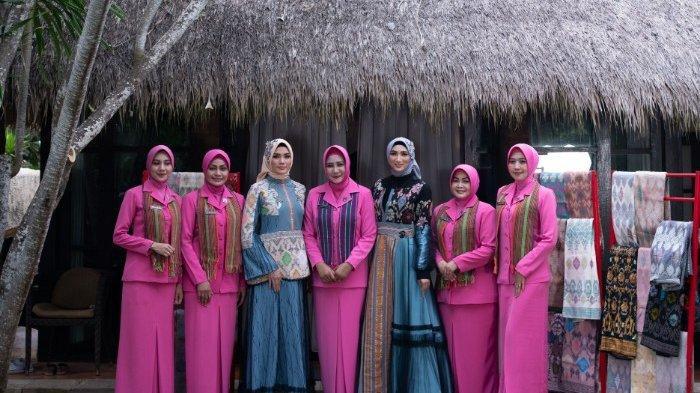 Dukung Pariwisata NTB Desainer Lia Afif Fashion Show Bareng Bhayangkari di Fashion Rhapsody Tribata