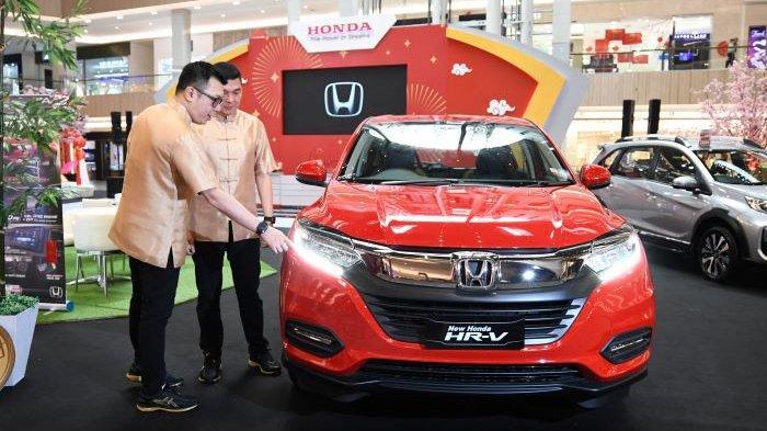 Semarak Tahun Baru Imlek, Saat Belanja Mobil  Ada Hujan Angpau di Honda Surabaya Center