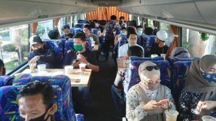 Wisata keliling kota Lama Gresik sambil ngopi di dalam bus pariwisata yang telah dimodifikasi.