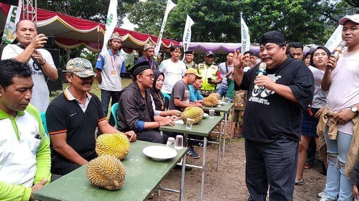 Lima Menit Habiskan 27 Biji Durian, Ari dan Sanusi Jadi Pemenang Lomba Makan Durian