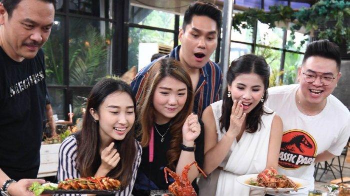 Nasgor Seafood Rp.1.7 Juta. Isinya Tiga Lobster, Kerang Kapak, Kepiting Super Dan Nasi 3 kilogram