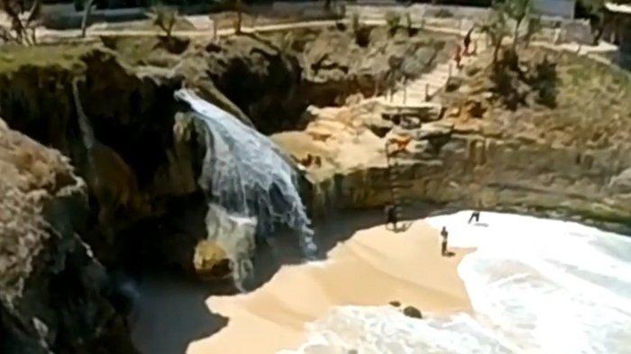 Pantai Banyu Tibo di Kabupaten Pacitan.