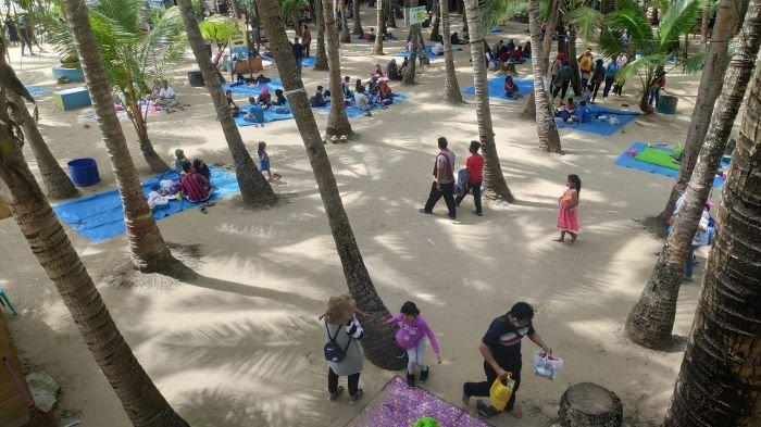 Hari Pertama Dibuka Pantai Kelapa Tuban Ramai Dikunjungi Wisatawan