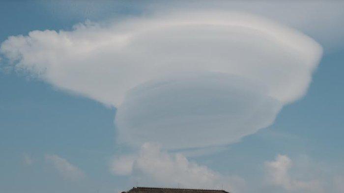 Awan Lentikularis Muncul Dekat Gunung Arjuno, Meteorologi Menyebut Bisa Berbahaya Bagi Penerbangan
