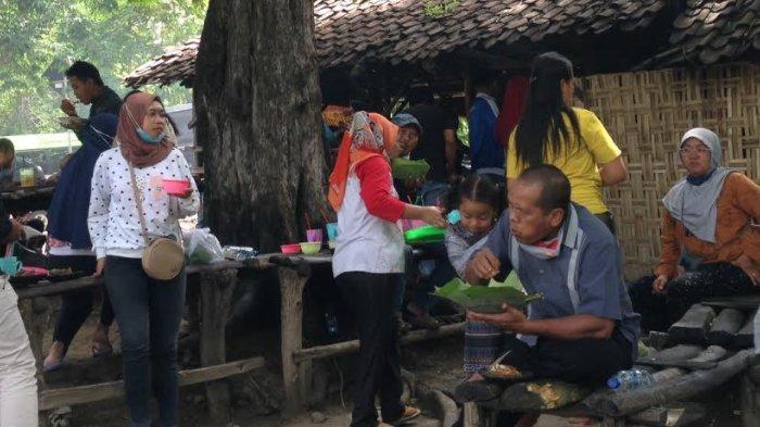 Rela Antre Panjang Demi nasi Jagung Iwak Gloso dan Wader di Warung Mbak Sumi Bojonegoro