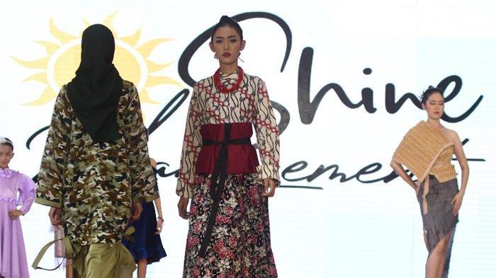 Batik Bojonegoro Warnai Launching Shine Management di Panggung Women Fashion Style
