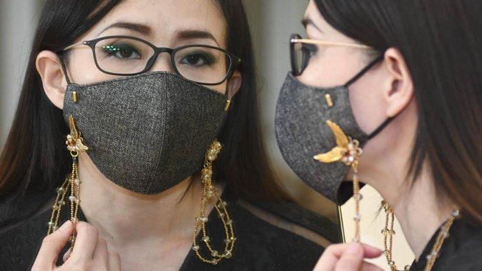 Tampil Elegan dengan Strap Mask Monochrome ala Desainer Aksesoris Grace Liem
