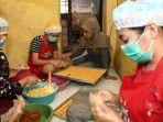 sri-wangunati-produksi-ratusan-toples-kue-kering.jpg