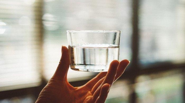 Ilustrasi air minum untuk memenuhi kebutuhan cairan saat berpuasa di bulan Ramadhan.