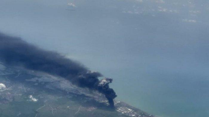 Foto-foto Dahsyatnya Kebakaran Kilang Minyak Pertamina Balongan, Asap Pekat Membumbung Tinggi