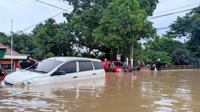 Awas! Sengaja Terobos Genangan Banjir, Klaim Asuransi Mobil Bisa Gugur