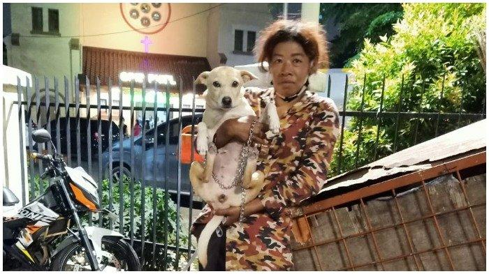 Viral Wanita Tinggal di Gerobak bersama Anjing dan Kucing Peliharaan: Berusaha Beri Makan Dry Food