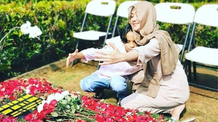 Ibunda BCL bagikan foto saat putrinya ziarah ke makam Ashraf Sinclair