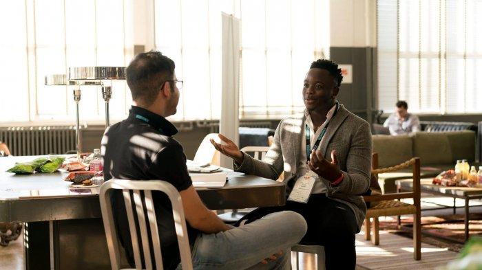 Studi Baru: Berbicara di Dalam Ruangan Berisiko Lebih Tinggi Sebarkan Covid-19 daripada Batuk