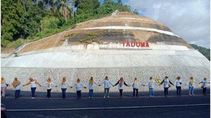 Peringati 400 Tahun VOC Angkat Kaki, Ternate Pecahkan Rekor Muri Peserta Keliling Gunung Gamalama