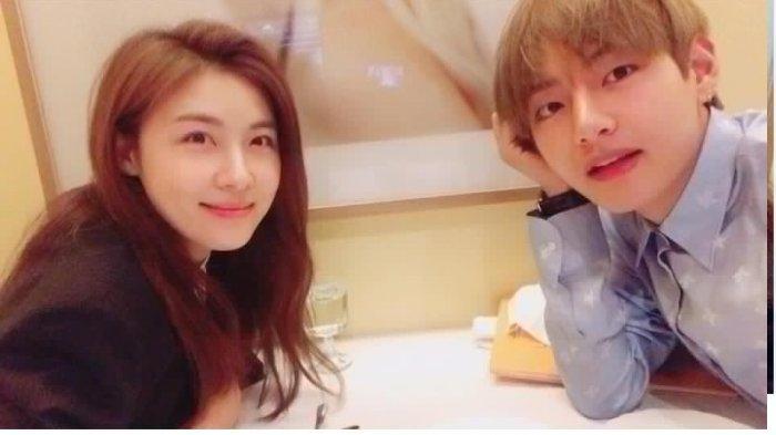 Ha Ji Won dan V BTS setelah menikmati makan siang bersama.