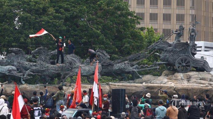 2 Bocah Ini Kibarkan Bendera Merah Putih di Atas Patung Kuda saat Demo UU Cipta Kerja