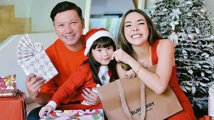 Potret kebersamaan Gading Marten, Gisella Anastasia, dan Gempita Nora Marten saat merayakan Natal.