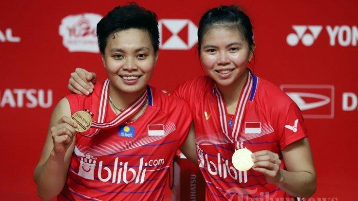Pasangan ganda putri Greysia Polii dan Apriyani Rahayu berfoto bersama dengan medali usai keluar sebagai juara setelah mengalahkan wakil Denmark Maiken Fruergaard dan Sara Thygese pada Final indonesia Masters 2020 di Istora Senayan, Jakarta Pusat, Minggu (19/1/2020).