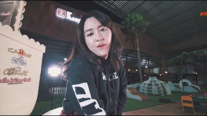 Lirik Lagu dan Chord Gitar Cidro 2 - Happy Asmara: Lungo Awakku Seng Kudu Lungo Timbang Batinku . .