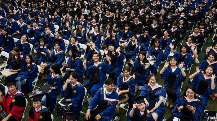 Negara Lain Hadapi Lonjakan Covid-19, Wuhan China Justru Bebas Gelar Upacara Wisuda Tanpa Prokes
