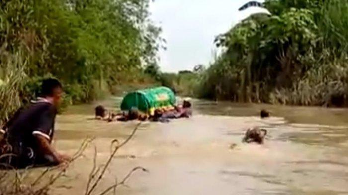 Ini Fakta Video Viral yang Perlihatkan Keranda Berisi Jenazah Dihanyutkan ke Sungai