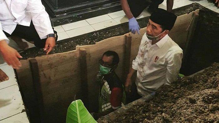 Momen Haru Jokowi Turun ke Liang Hahat Mengantar Kepulangan Ibunda, Kemeja Putih Kotor & Lusuh