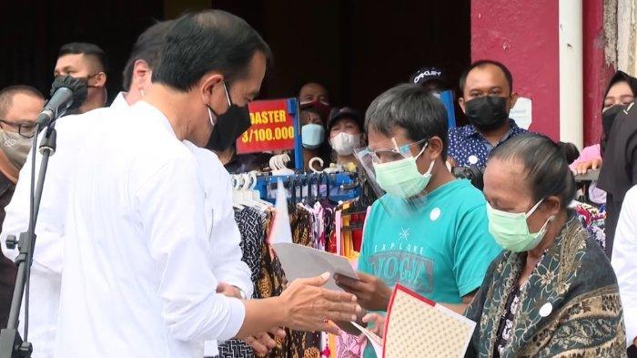Presiden Jokowi dan Menko Bidang Perekonomian Airlangga Hartarto saat memberikan bantuan tunai untuk PKL dan warung kecil di kawasan Malioboro, Yogyakarta.