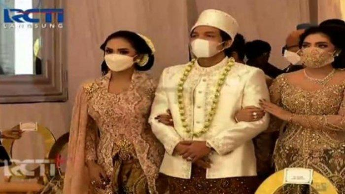 Mempelai pria, Atta Halilintar diantarkan langsung oleh kedua ibunda Aurel Hermansyah, Krisdayanti dan Ashanty.