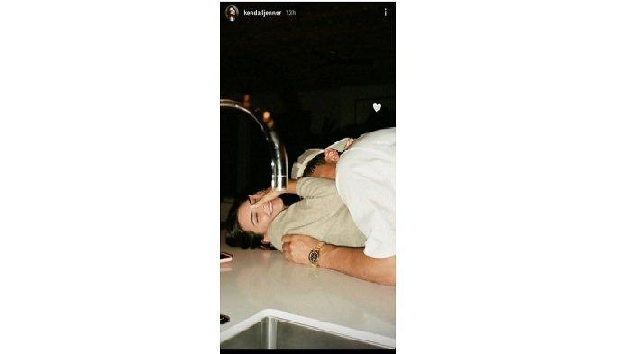 Kendall Jenner mengunggah foto di instagram story-nya bersama pebasket NBA Devin Booker, pada Minggu (14/02/2021).
