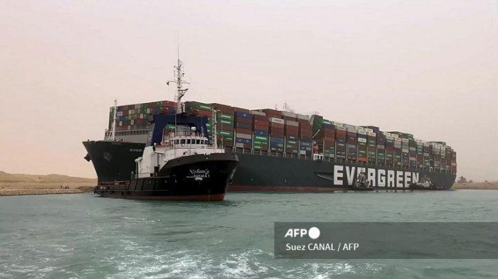 Buntut Kapal Raksasa Tersangkut di Terusan Suez, 100 Kapal Antre hingga Harga Minyak Dunia Naik